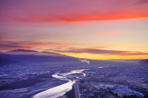千曲公園から望む上田市街と千曲川と烏帽子岳と朝焼けの写真素材 [FYI03826329]
