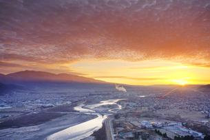 千曲公園から望む上田市街と千曲川と烏帽子岳と朝日の写真素材 [FYI03826330]