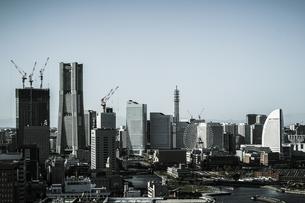 マリンタワーから見える横浜の街並み(モノクローム)の写真素材 [FYI03827024]