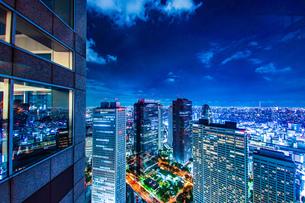 東京都庁舎の展望台から見える東京の夜景の写真素材 [FYI03827066]