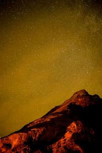 星空とアイスランドの雪山の写真素材 [FYI03827085]