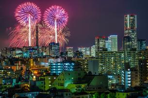 横浜の街並みと花火(みなとみらいスマートフェスティバル)の写真素材 [FYI03827092]