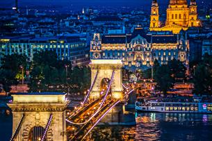 セーチェーニ鎖橋の夜景(ハンガリー・ブダペスト)の写真素材 [FYI03827099]