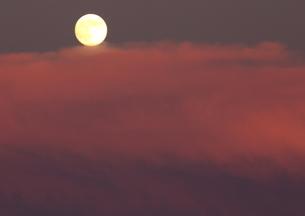 茜雲にのぼる月の写真素材 [FYI03827104]