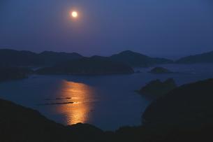 仲秋の名月のぼる海岸の写真素材 [FYI03827106]