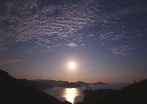 仲秋の名月の海岸の写真素材 [FYI03827108]