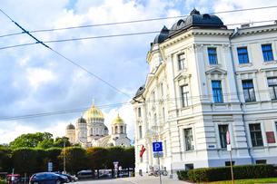 ラトビア・首都リガにある救世主生誕大聖堂とラトビアの国旗が飾られた建物・大聖堂はロシア帝国時代の19世紀後半に建設されたネオ・ビザンチン様式の壮麗な建物の写真素材 [FYI03827254]