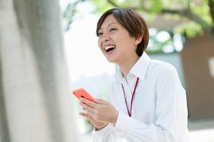 スマートフォンを見て喜ぶOLの写真素材 [FYI03827289]