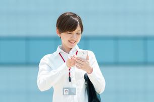 スマートフォンを操作するOLの写真素材 [FYI03827320]