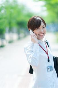 スマートフォンで話すOLの写真素材 [FYI03827363]