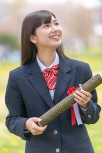 卒業証書を持つ笑顔の女子学生の写真素材 [FYI03827504]