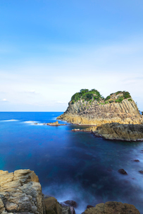 越前加賀海岸国定公園 冬の日本海と鉾島の写真素材 [FYI03827707]