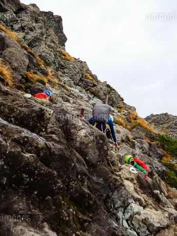 北アルプスを登る登山者の写真素材 [FYI03827727]