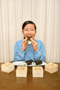 恵方巻を食べる女の子(節分)の写真素材 [FYI03827774]