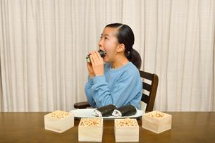 恵方巻を食べる女の子(節分)の写真素材 [FYI03827776]