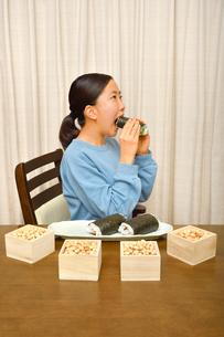 恵方巻を食べる女の子(節分)の写真素材 [FYI03827778]