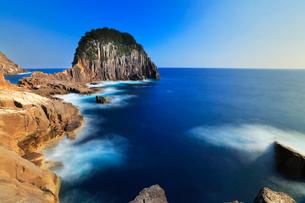 熊野灘に楯ヶ崎と快晴の空の写真素材 [FYI03827780]