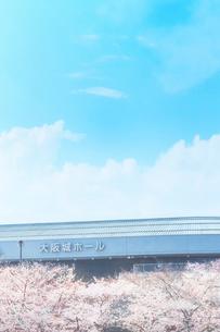 大阪城ホールと桜の写真素材 [FYI03827921]