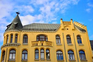 ラトビア歴史地区世界遺産リガ旧市街のアールヌーヴォー建築の貴重な建物で猫の家と言われている・かつての住人のラトビア人がギルド(ドイツ人のみ入会が許されていた商工業者の会)の入会拒否されギルド会館にお尻を向けた猫の像を屋根に付けたが後には入会できて現在はギルド会館の方に向きを変えているの写真素材 [FYI03827982]