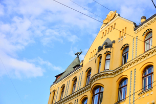 ラトビア歴史地区世界遺産リガ旧市街のアールヌーヴォー建築の貴重な建物で猫の家と言われている・かつての住人のラトビア人がギルド(ドイツ人のみ入会が許されていた商工業者の会)の入会拒否されギルド会館にお尻を向けた猫の像を屋根に付けたが後には入会できて現在はギルド会館の方に向きを変えているの写真素材 [FYI03827983]