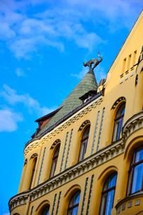ラトビア歴史地区世界遺産リガ旧市街のアールヌーヴォー建築の貴重な建物で猫の家と言われている・かつての住人のラトビア人がギルド(ドイツ人のみ入会が許されていた商工業者の会)の入会拒否されギルド会館にお尻を向けた猫の像を屋根に付けたが後には入会できて現在はギルド会館の方に向きを変えているの写真素材 [FYI03827984]