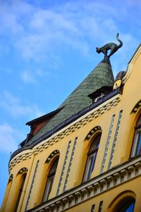 ラトビア歴史地区世界遺産リガ旧市街のアールヌーヴォー建築の貴重な建物で猫の家と言われている・かつての住人のラトビア人がギルド(ドイツ人のみ入会が許されていた商工業者の会)の入会拒否されギルド会館にお尻を向けた猫の像を屋根に付けたが後には入会できて現在はギルド会館の方に向きを変えているの写真素材 [FYI03827985]