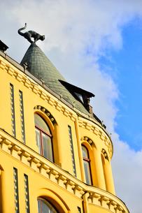 ラトビア歴史地区世界遺産リガ旧市街のアールヌーヴォー建築の貴重な建物で猫の家と言われている・かつての住人のラトビア人がギルド(ドイツ人のみ入会が許されていた商工業者の会)の入会拒否されギルド会館にお尻を向けた猫の像を屋根に付けたが後には入会できて現在はギルド会館の方に向きを変えているの写真素材 [FYI03827989]