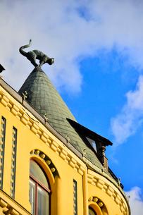 ラトビア歴史地区世界遺産リガ旧市街のアールヌーヴォー建築の貴重な建物で猫の家と言われている・かつての住人のラトビア人がギルド(ドイツ人のみ入会が許されていた商工業者の会)の入会拒否されギルド会館にお尻を向けた猫の像を屋根に付けたが後には入会できて現在はギルド会館の方に向きを変えているの写真素材 [FYI03827991]