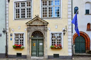 ラトビア・首都リガ歴史地区の三人兄弟と言われる建物の1棟で17世紀建設で正面はオランダのマニエリスム様式の写真素材 [FYI03828003]
