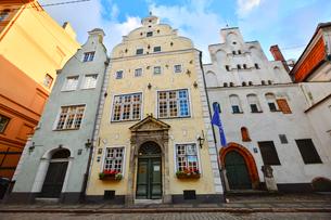 ラトビア・首都リガ歴史地区の三人兄弟と言われる・右端15世紀リガ最古の石像住宅・中央17世紀建設で正面はオランダのマニエリスム様式・左側17世紀末に建設されたバロック様式の破風が特徴的の写真素材 [FYI03828009]