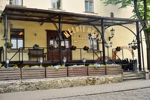 ラトビア・首都リガ歴史地区の旧市街にある花で飾られたレストランの写真素材 [FYI03828021]