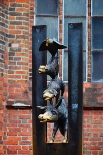 ラトビア・首都リガの旧市街にある聖ペトロ教会の横にある像はリガの姉妹都市ブレーメンから送られた動物の音楽隊の銅の写真素材 [FYI03828023]