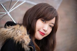傘をさす女性の写真素材 [FYI03828101]