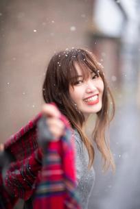 雪の中で振り返る女性の写真素材 [FYI03828114]