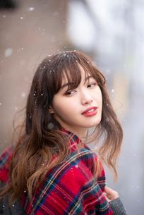 雪の中で振り返る女性の写真素材 [FYI03828115]