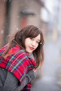 雪の中で振り返る女性の写真素材 [FYI03828116]