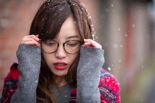 眼鏡をかける女性の写真素材 [FYI03828117]