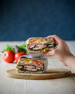 Deli sandwich with bacon,eggs,tomato and saladの写真素材 [FYI03828135]