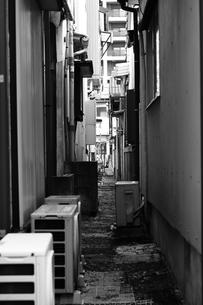路地裏の写真素材 [FYI03828146]