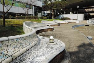 バルセロナのグエル公園に似たタイル張りベンチのある西梅田公園の写真素材 [FYI03828252]