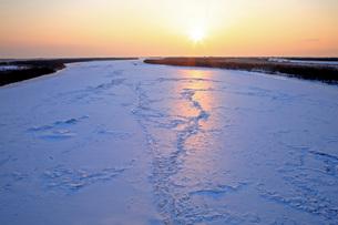 2月 十勝河口橋から凍結した十勝川を展望するの写真素材 [FYI03828313]