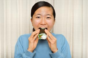 恵方巻を食べる女の子(節分)の写真素材 [FYI03828563]
