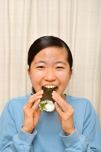 恵方巻を食べる女の子(節分)の写真素材 [FYI03828564]