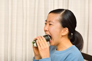 恵方巻を食べる女の子(節分)の写真素材 [FYI03828566]