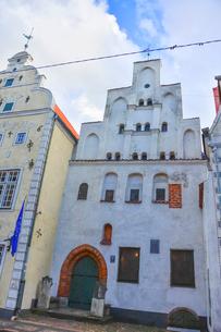 ラトビア・首都リガ歴史地区の三人兄弟と言われる・この建物は15世紀リガ最古の石像住宅の写真素材 [FYI03828600]
