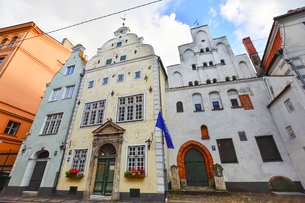 ラトビア・首都リガ歴史地区の三人兄弟と言われる・右端15世紀リガ最古の石像住宅・中央17世紀建設で正面はオランダのマニエリスム様式・左側17世紀末に建設されたバロック様式の破風が特徴的の写真素材 [FYI03828601]