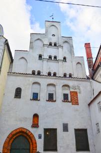 ラトビア・首都リガ歴史地区の三人兄弟と言われる・この建物は15世紀リガ最古の石像住宅の写真素材 [FYI03828602]