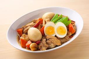 鶏肉と卵の煮物の写真素材 [FYI03828605]