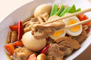 鶏肉と卵の煮物の写真素材 [FYI03828606]