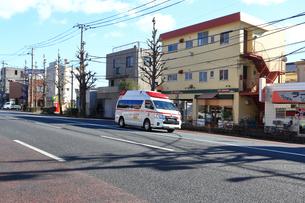 出動する救急車の写真素材 [FYI03828612]